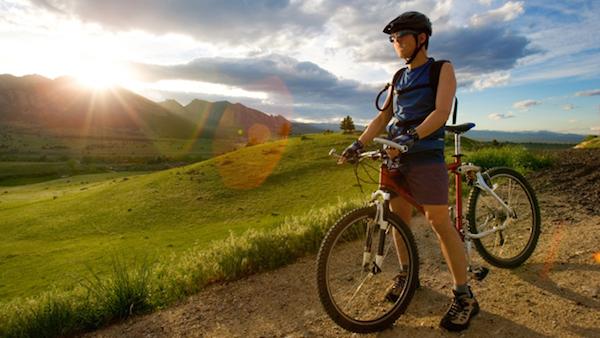 مردی سوار بر دوچرخه