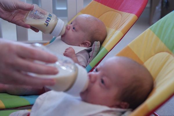 غذا دادن به نوزادان دوقلو