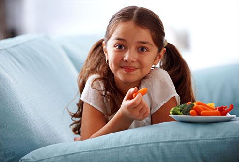 girleatingbabycarrots ویتامین های مورد نیاز کودکان