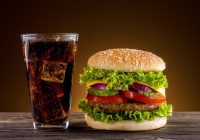 مصرف نوشابه با همبرگر