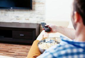 خوردن تنقلات در حال تماشای تلویزیون