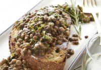 سبزیجات و عدس روی نان تستشده
