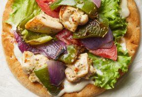 پیتای مرغ و سبزیجات زغالی با سس مایونز سیر