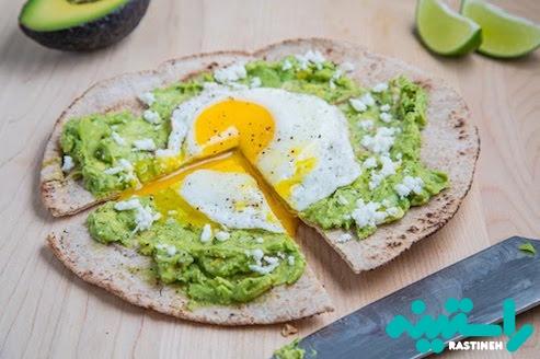 آووکادو و پیتزای صبحانه با تخم مرغ